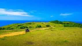 Motorrad-und Seeansicht vom grasartigen Hügel lizenzfreies stockfoto