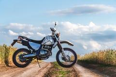 Motorrad weg von der Straße, enduro, extremer Sport, aktiver Lebensstil, Abenteuer, das Konzept, enduro Ansichthimmel-Wolkenfreih stockfotografie