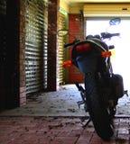 Motorrad zu Hause Stockbild