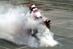 MotorradBurnout lizenzfreies stockfoto