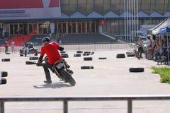 Motorradfahrer auf Bahn Stockfoto