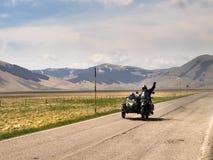 Motorradfahrer auf der Straße Lizenzfreie Stockfotos