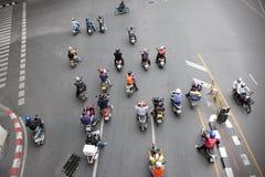 Motorradfahrer auf einer verkehrsreichen Straße in Bangkok Stockbild