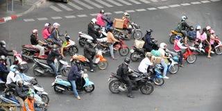 Motorradfahrer auf einer verkehrsreichen Straße in Bangkok Stockbilder