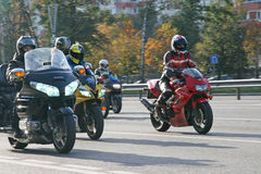 Motorradfahrer auf Leninsky Prospekt Lizenzfreie Stockfotografie