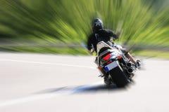 Motorradfahrer auf Straße Lizenzfreies Stockbild
