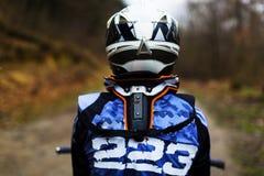 Motorradfahrer in der Ausrüstung und im Sturzhelm Lizenzfreie Stockfotos
