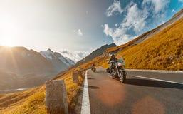 Motorradfahrer, der japanischen Kreuzer der hohen Leistung in der alpinen Landstraße auf berühmtes Hochalpenstrasse, Österreich r stockfotografie