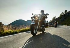 Motorradfahrer, der japanischen Kreuzer der hohen Leistung in der alpinen Landstraße auf berühmtes Hochalpenstrasse, Österreich r Lizenzfreie Stockfotografie