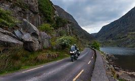Motorradfahrer der kurvenreichen Straße Stockfotos