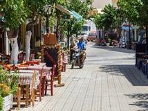 Motorradfahrer fährt an der Straße von Paleochora-Stadt auf Kreta-Insel, Griechenland Lizenzfreie Stockfotografie