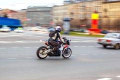 Motorradfahrer fährt mit Geschwindigkeit auf Stadtstraßen, kann 2018, St Petersburg stockfoto
