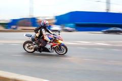 Motorradfahrer fährt mit Geschwindigkeit auf Stadtstraßen, kann 2018, St Petersburg stockfotografie