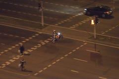 Motorradfahrer führt einen Trick durch stockbild