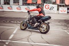 Motorradfahrer im Motor, der Wettbewerbe läuft lizenzfreie stockbilder