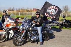 Motorradfahrer mit der Flagge des Vereins Stockfotos
