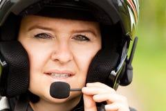 Motorradfahrer mit Kopfhörer Stockfotos