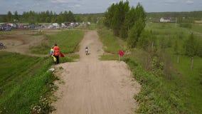 Motorradfahrer-Schmutz-Fahrrad-nicht für den Straßenverkehr springende Antenne stock video footage