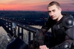 Motorradfahrer und sein Motorrad stockfoto