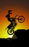 Motorradfahrer weg von der Straße Lizenzfreie Stockfotografie