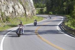 Motorradfahrer, welche die Datenbahnen antreiben Stockfotos