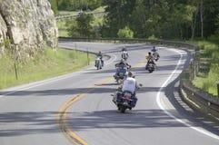 Motorradfahrer, welche die Datenbahnen antreiben Lizenzfreie Stockfotografie