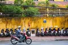 Motorradfahrer zieht durch MotorradParkplatz, Saigon um Lizenzfreies Stockfoto