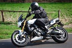 Motorradfahrerradfahrer auf Straße Stockbild