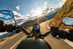 Motorradfahrerreiten in der alpinen Landstraße, Lenkstangenansicht, Österreich, Europa stockfoto