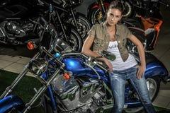 Motorradfrau lizenzfreies stockbild