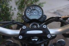 Motorradlenkstange steuert einschließlich Geschwindigkeitsmesser stockfoto