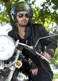 Motorradmitfahrer mit Sturzhelm lizenzfreie stockfotos