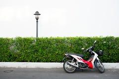 Motorradparken vor Betriebsbusch Stockbild