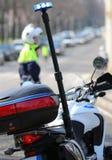 Motorradpolizei mit blinkender Sirene und einem Verkehrsoffizier auf t Lizenzfreies Stockbild