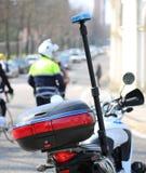 Motorradpolizei mit blinkender Sirene und einem Verkehrsoffizier auf t Stockfotografie