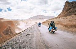 Motorradreisendfahrt in Inder Himalaja-Straßen stockfotos