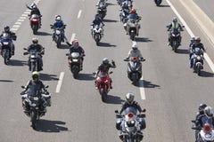 Motorradreiter auf der Straße Vorderansicht von zwei Ladung-LKWas stockfotos