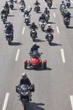 Motorradreiter auf der Straße Vorderansicht von zwei Ladung-LKWas lizenzfreies stockbild