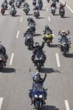 Motorradreiter auf der Straße Vorderansicht von zwei Ladung-LKWas stockfoto