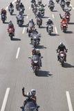 Motorradreiter auf der Straße Vorderansicht von zwei Ladung-LKWas lizenzfreie stockfotos