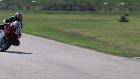 Motorradreiter in der Kurve stock video