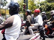 Motorradreiter warten auf das Licht, um Grün an einem Schnitt zu drehen Lizenzfreie Stockfotografie