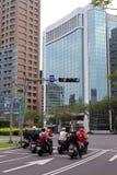 Motorradreiter, welche die Ampeln warten Stockbild
