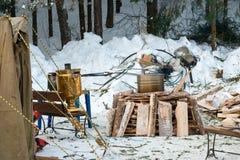 Motorradrennläufer in Staub Ort des Kochens der warmer Küche für Athleten im Winterwald lizenzfreie stockfotografie