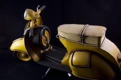 Motorradspielzeuggelb lokalisiert Stockfoto