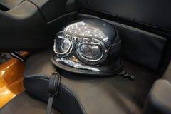 Motorradsturzhelm mit Sonnenbrille und widergespiegelten Gläsern Stockbilder