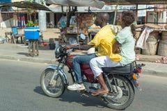 Motorradtaxi in Benin Lizenzfreie Stockbilder