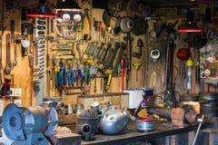 Motorradteile und -werkzeuge auf dem Desktop in der Garage Lizenzfreie Stockbilder