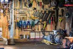 Motorradteile und -werkzeuge auf dem Desktop in der Garage Lizenzfreie Stockfotos