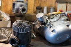 Motorradteile und -werkzeuge auf dem Desktop in der Garage Lizenzfreie Stockfotografie